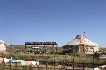 红格儿敖包部落位于希拉穆仁草原上,进入红格儿敖包你会发现草原最高处有一个堆砌起来的挂满经幡的敖包。