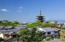 古都京都是根据历来王朝文化中盛行的日本式唯美意识所构建的。以神社、佛阁等历史建筑物、庭院、绘画、传统
