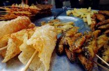 喜洲早集每天都有,到了午饭时间散场。整条街上吃的很多,都是当地的特色小吃和一些土特产。 #乳扇# 乳