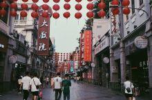 #来一座老城,食一地美食# 广州的上下九步行街算得上是一条老街了,20年前的街道到如今还是保存着原有