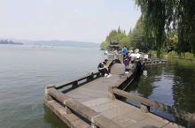 西湖美景九月天,今天游西湖,似妖娆美女倚著阑干弄柳条,桂花香扑鼻来。品尝了著名的西湖醋鱼,大闸蟹。美