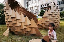南华大学图书馆门前,姑且称之为现场艺术。两个孩子正在保护和延续大学生哥哥姐姐的手工技艺,反复提醒观众
