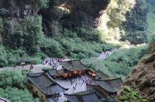 山城,从重庆第一索道俯瞰山城的雨景,乘坐轻轨穿过李子坝,撑着伞走在磁器口湿滑的石阶上,一座群山环绕的