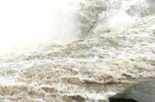 雨中壶口瀑布,只有近距离才能感受到壶口瀑布的壮观。