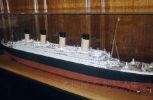 泰坦尼克号的制造地!来看看泰坦尼克号的仿真模型吧,没有国内大城市那种全是玻璃的摩天大厦,基本都是石灰