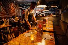 这家餐厅位于尼斯老城里,就在老城最有名Cathedrale Saint-Reparate de Ni