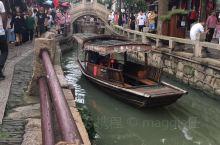 这是一个具有2500年历史的江南古镇,浓浓的文化底蕴在小镇里处处体现着,小桥流水、乌篷船就是江南特色