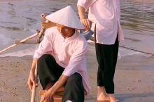 斯里兰卡有高跷钓鱼,京岛有高跷捕虾,你见过没?在京岛金滩,看我国唯一的海洋民族,踩着高跷捕虾。