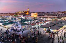 摩洛哥奇幻夜,不能错过的马拉喀什露天广场。 这是摩洛哥柏柏尔人最大的古老集市,也是非洲最繁忙的广场。