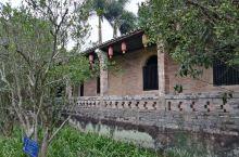 """从陆川县谢鲁山庄的""""琅环福地""""往上走,经过眼镜塘、赏荷亭、小兰亭、留墨亭到""""湖隐轩"""",构成了山庄的第"""