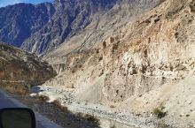 出行进藏第四天,沿着318国道,途径怒江72拐,沿着山路前行,遇见徒步进藏路上的网红小哥,徒步317
