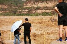 壶口瀑布是中国第二大瀑布,世界上最大的黄色瀑布。黄河奔流至此,两岸石壁峭立,河口收束狭如壶口,故名壶