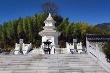 """唐宪宗元和九年(814)怀海圆寂后,唐穆宗谥""""大智禅师""""。塔在百丈寺西,外筑宽敞的院落。塔与拜亭在宋"""