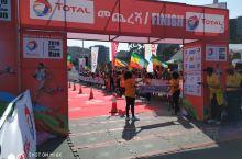 """参加埃塞俄比亚马拉松""""大埃跑""""活动。图六与长跑皇帝海勒·格布雷塞拉西合影,这位世界田径史上最伟大的长"""