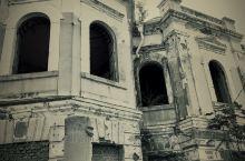 有没有恐怖片的感觉?!旅顺博物馆门口拆迁房拍的