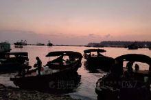 赶到雷州市企水镇码头已是夕阳近黄昏,空气中弥漫着鱼腥的味道,渔家船只纷纷靠岸,颇有些渔舟唱晚的景象。