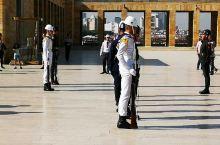 土耳其的首都安卡拉,国父陵的士兵们正在换岗。仔细看他们的仪仗兵走路步伐有些奇特,好像是在顺拐的边缘疯