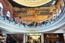 昆西市场是每个来波士顿的游客必去之处。这里如同一个跳骚市场,可以买到物美价廉的商品,有很多特色的小吃