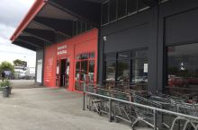 在新西兰基督城听说有卖旧货的超市,带着好奇来到这里旧货超市逛逛,一进门就是旧沙发旧家具,看上去真是够