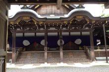 伊势神宫是日本神社的主要代表,分为内宫、外宫。内宫正式的名称为皇大神宫,供奉着地位最高的天照大御神,