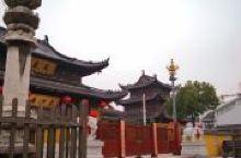 是东晋旧寺,但几经兴毁,已不是当年旧建筑,只有门口两座唐代经幢是历史遗物。能依稀从石柱上的狮与龙的图