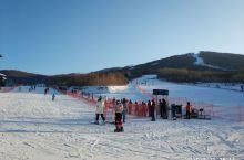 松花湖滑雪场坐落在吉林省吉林市丰满区旅游经济开发区,大青山北麓、松花湖畔,是中国著名的城区滑雪场。山