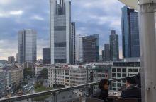 法兰克福。德语全名Frankfurt am Main,意为美因河畔法兰克福。为什么要加个后缀呢?因为