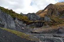 不虚此行,好厉害的景点。从康定过来是130公里,约3小时车程,这里是海拔3500米的墨石公园,是国家