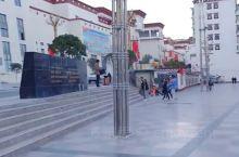乡城是川西北地区的一个小县城,中心位置就是香巴拉镇。香巴拉休闲广场,是市民散步购物闲聊的好去处。通过