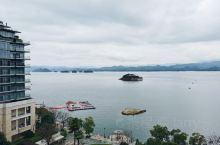 千岛湖景区    今天有点阴天,更显示出山水的浩淼。 夏天来看的的是清澈见底的湖水和游船,冬天享受的