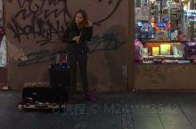 贝尔格莱德米哈伊洛大公街上的小姐姐 小提琴拉得不错 很熟悉的旋律 不记得歌曲名字了