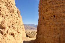 往同仁方向去。开过几十座山、好几条无名路后,突然捡到一个古城:八角古城。度娘上,有说是明代防御碉堡遗