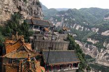 绵山景区有一个是自然景观———水涛沟、如果不自带食品就在山上吃中饭就可以了 第一站云峰寺、是佛寺 第