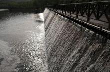 龙湖公园的小瀑布。