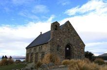 自驾新西兰-好牧羊人教堂:特卡波湖旁边的好牧羊人教堂,配上与之相对望的牧羊犬雕塑,是著名的景点,更是