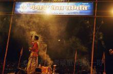 恒河夜祭: 月亮升起,夜祭表演拉开了帷幕。广场四周,舞台边,台阶上,河中小船上早己坐满了信众和游客。