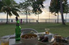这是一个 由下午餐跨到晚餐的 地儿 欢迎大家来到 哥打京那巴鲁 丹绒亚路海滩 的一家餐馆 如果你有一