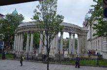 英国北爱尔兰首府贝尔法斯特市政厅。位于贝尔法斯特市中心的登戈尔广场。兴建于1898-1906年。外观