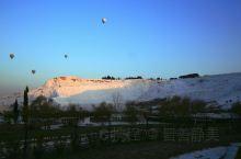 土耳其棉花堡:温暖而不寒冷的白色世界  棉花堡位于土耳其西南部代尼兹利市,如此可爱的名字,源自其外形
