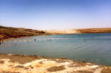【死海】位于以色列, 巴勒斯坦、约旦交界,是世界上最低的湖泊,湖面海拔-430.5米。湖最深处380