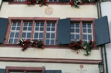 瑞士巴塞尔是瑞士的第三大城市,有人不多。和欧洲其他城市相仿有一个市政厅和广场,红色的市政厅是政府办公