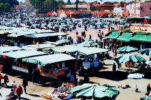 马拉喀什德吉玛广场是摩洛哥最大的露天市场,有着数百年的历史,这里从早到晚都热闹非凡,各种食肆、货摊搭