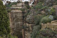龙达距塞维利亚一百余公里,驱车一百余分钟,首次开车翻山越岭,行走在悬崖外侧时,不时令人心惊而减速…