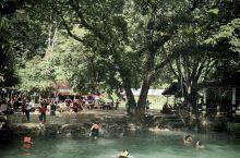蓝色泻湖以玩水为主,可以玩树上跳水,秋千等各种水上活动,韩国人和法国人居多,路途老挝的原始风光,很美