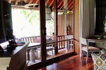 在兰卡威的四季酒店,一群猴子在我门口搞聚会!! 白天回房拿东西的时候看到这一幕! 一群猴猴竟然在我的