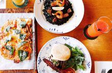 """江南的早午餐 宽敞舒适的用餐空间,厨师正在采摘自栽的香料,餐厅选用的是优雅北欧品牌""""ROYAL CO"""