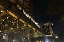 北京华尔道夫酒店 地处王府井 建设在李鸿章故居上,购物饮食超级方便!据说酒店有个超级贵的四合院套房,