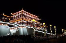 大唐芙蓉园的繁花夜景~~   大唐芙蓉园位于陕西省西安市城南的曲江开发区,大雁塔东南侧,它是在原唐代