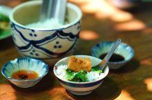 【胡志明网红超美越南菜馆,大别墅里哦】越南行去过的所有餐厅里最喜欢的一个。餐厅在一片小别墅区,空间变