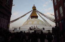 到加德满都的第一站,就去了博达哈大佛塔。 它是尼泊尔著名的古迹,高38米,周长100米 可以看到无数